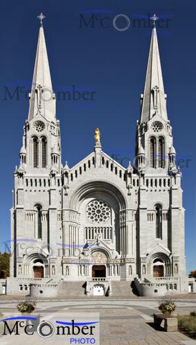 Photo de la façade de la cathédrale de Sainte-Anne-de-Beaupré